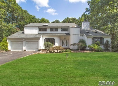 Photo of home for sale at 7 Lily Dr, South Setauket NY