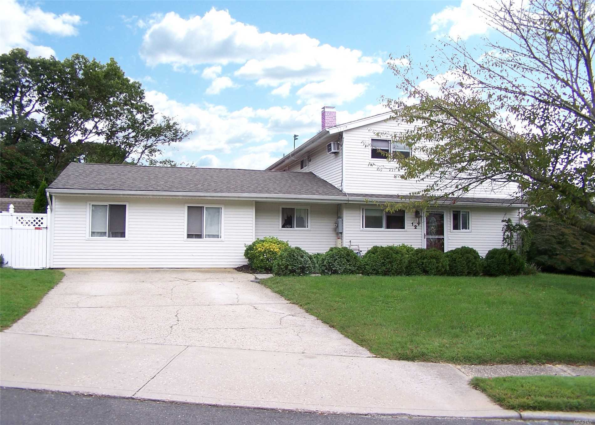 Photo of home for sale at 12 Hy Pl, Lake Grove NY