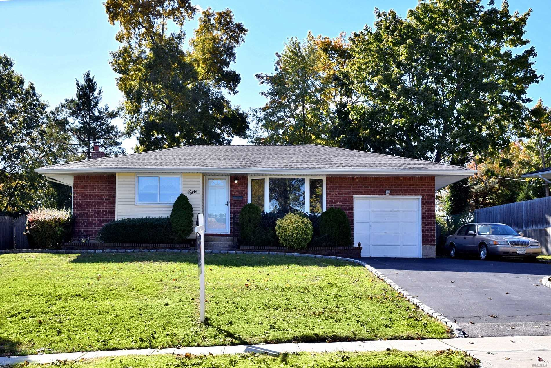 Photo of home for sale at 8 Rita Cres, Commack NY