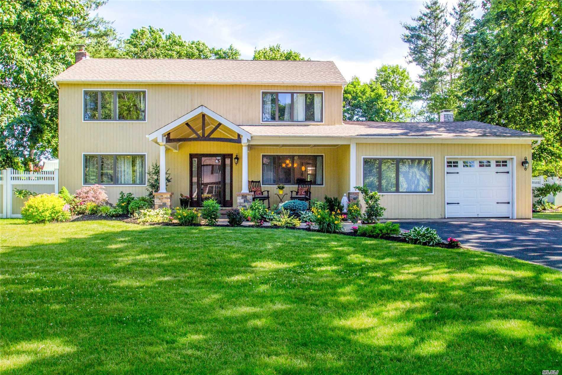 Photo of home for sale at 4 Manor Ln, Stony Brook NY