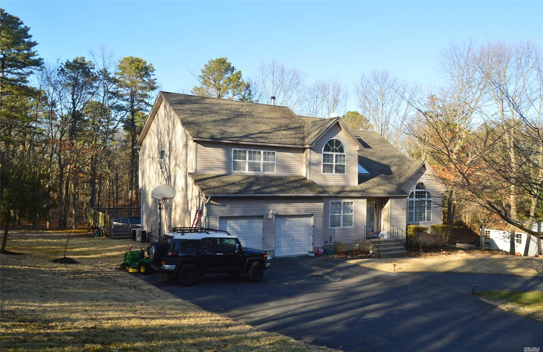 Photo of home for sale at 4 Farrell St, Manorville NY