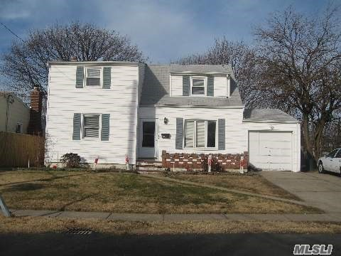 Photo of home for sale at 1203 Jackson Ave, Lindenhurst NY