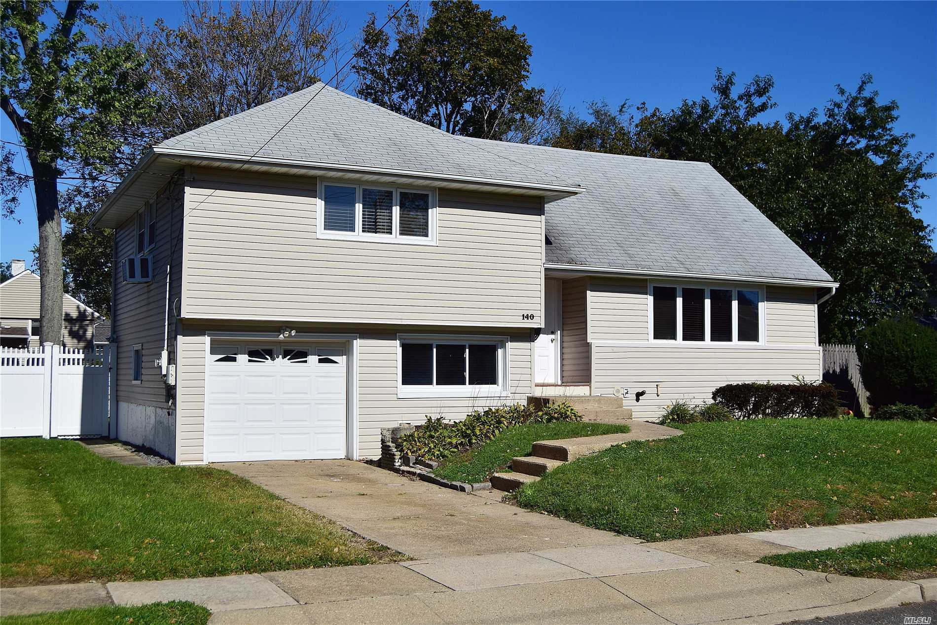 Photo of home for sale at 140 Thompson Ave, Oceanside NY