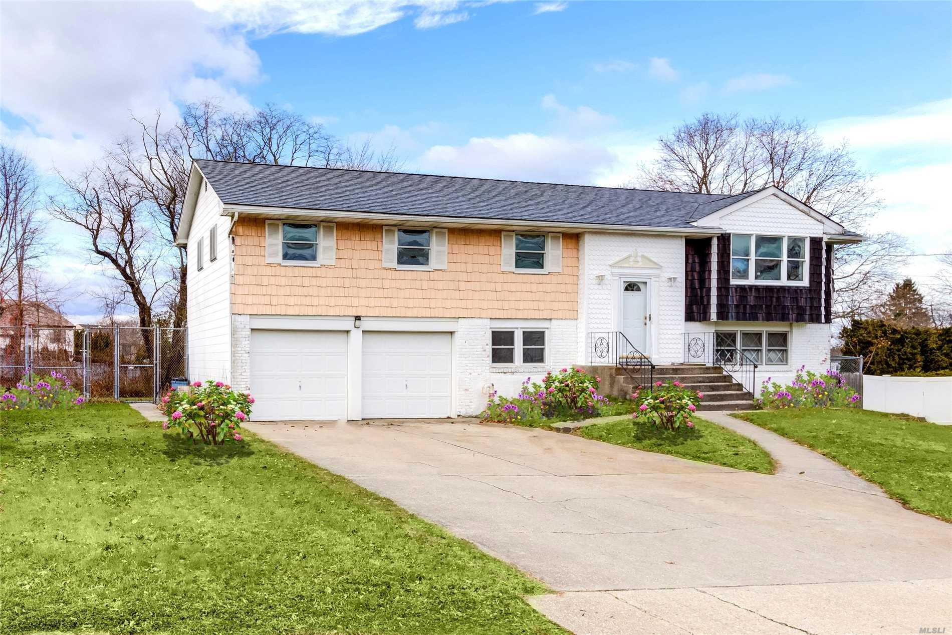Photo of home for sale at 72 Atlantic Pl, Hauppauge NY