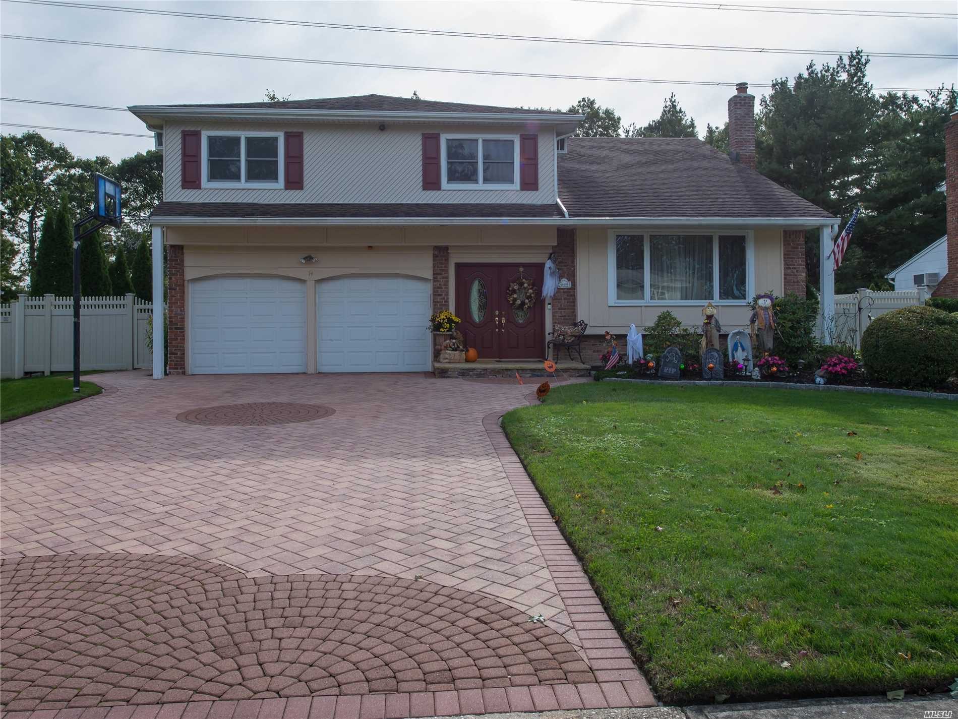 Photo of home for sale at 14 Sioux Dr, Commack NY
