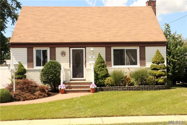 Photo of home for sale at 15 Sunset Ave, Farmingdale NY