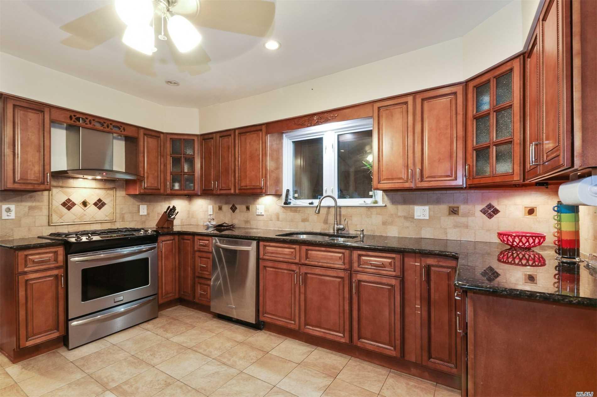 Photo of home for sale at 17 Norwood Ln, Lake Ronkonkoma NY