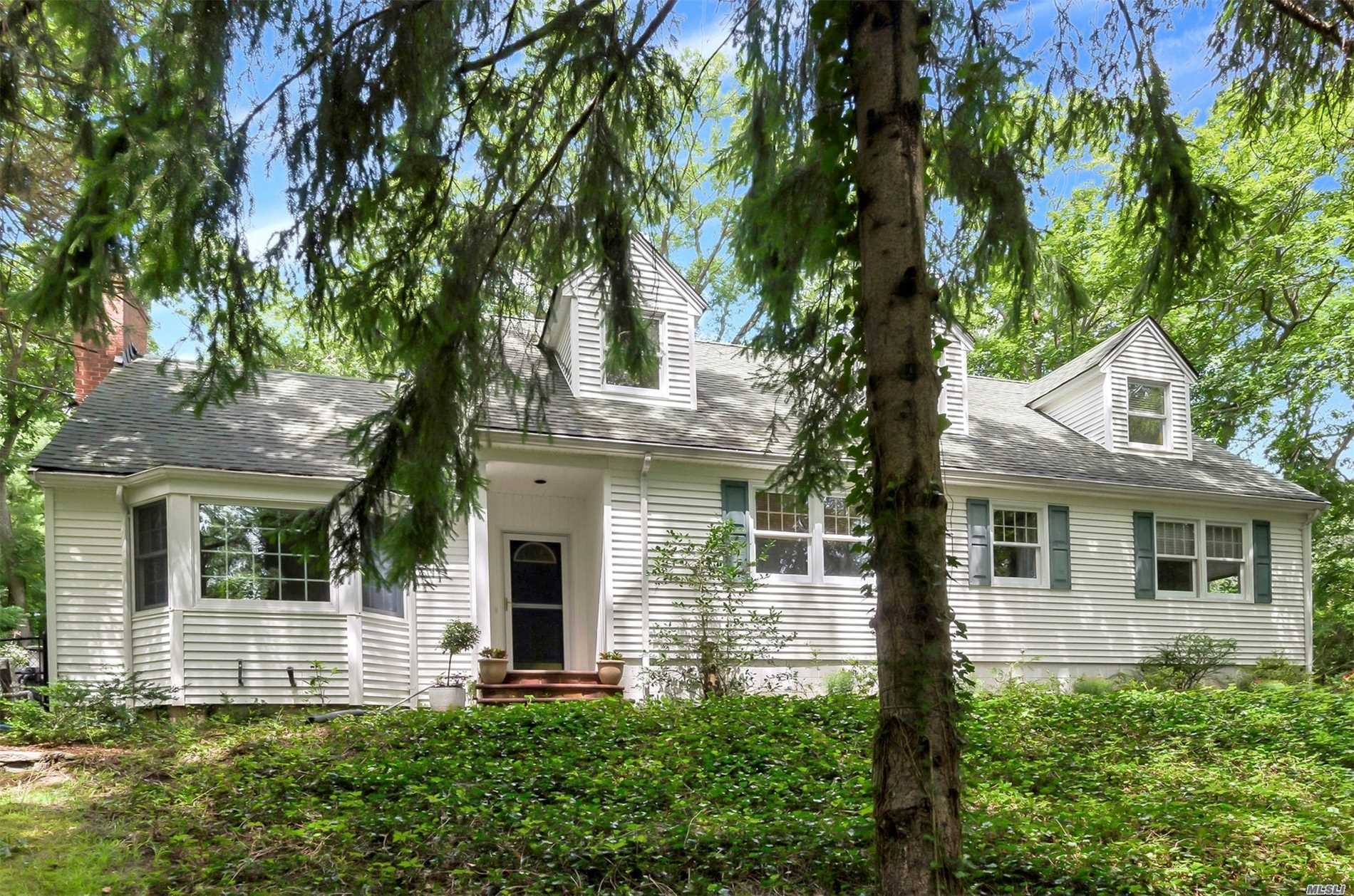 Photo of home for sale at 7 Shortwood Ln, Setauket NY