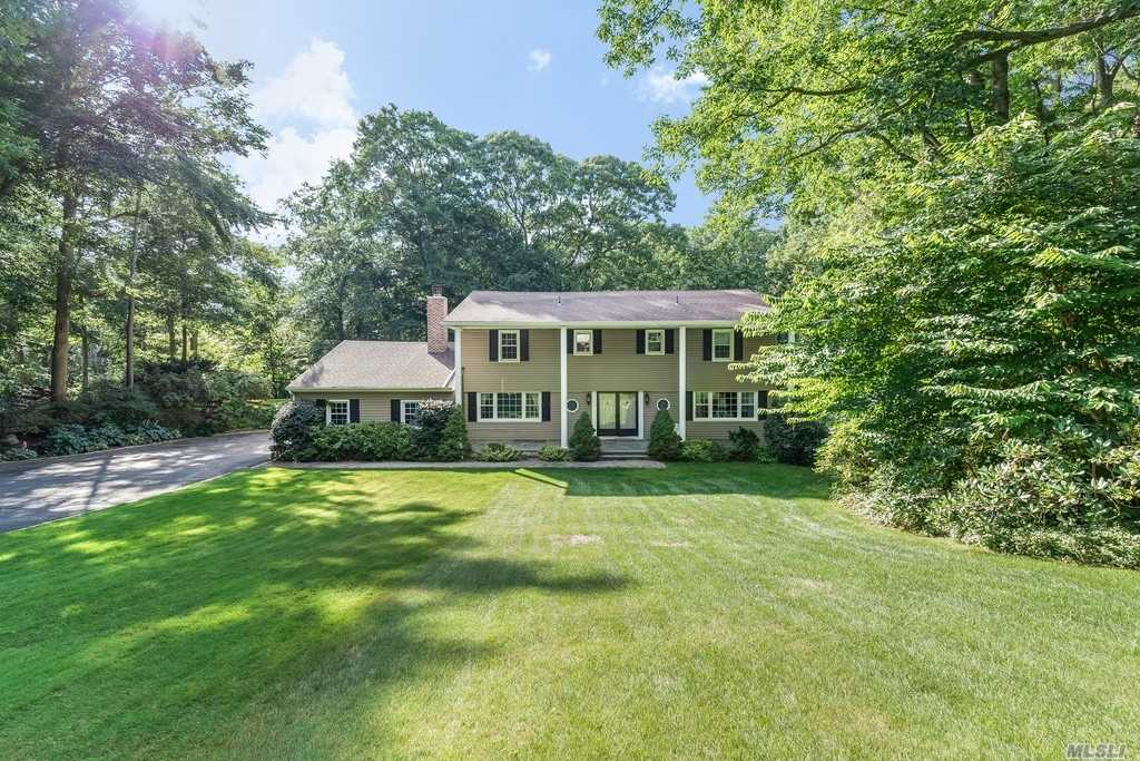 Photo of home for sale at 43 Woodvale Dr, Laurel Hollow NY