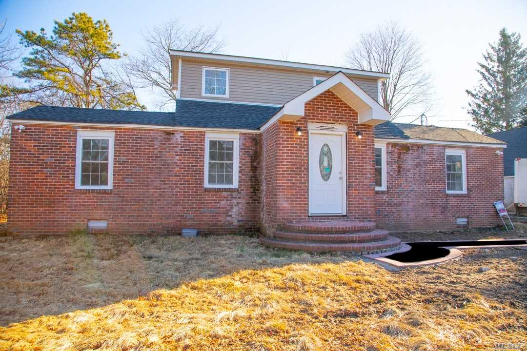 Photo of home for sale at 1751 Heckscher Ave, Bay Shore NY