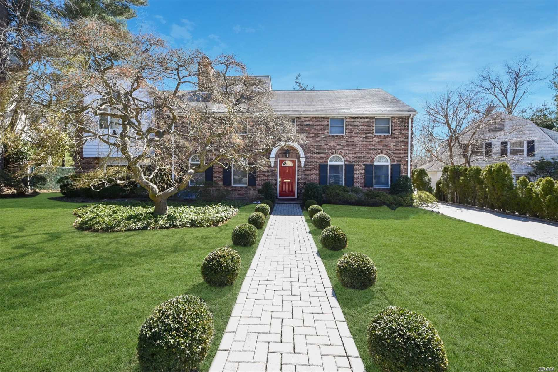 Photo of home for sale at 4 North Dr, Great Neck NY