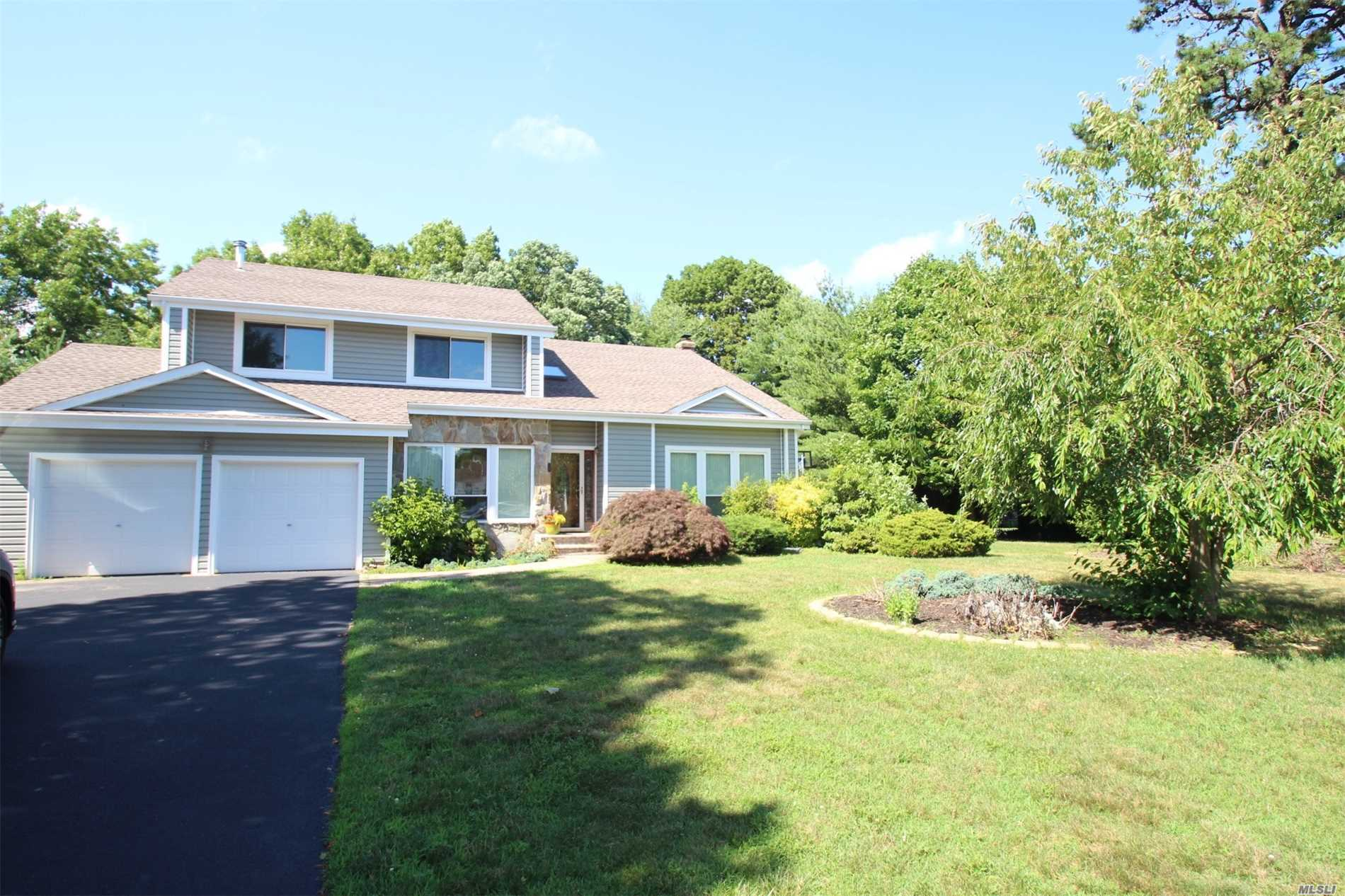 Photo of home for sale at 6 Pine Meadow Pl, Commack NY