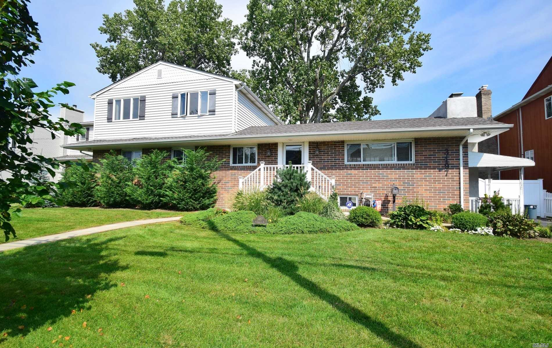 Photo of home for sale at 3497 Frederick St, Oceanside NY
