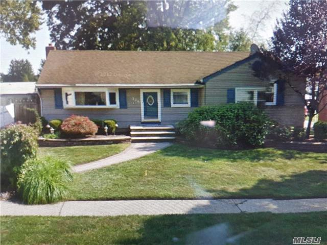 Photo of home for sale at 136 9 St, Hicksville NY