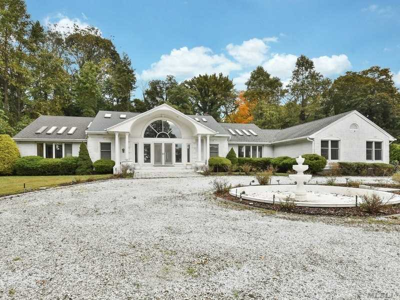 Photo of home for sale at 3 Whisper Hl, Nissequogue NY