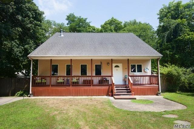 Photo of home for sale at 217 Magnolia Dr, Selden NY