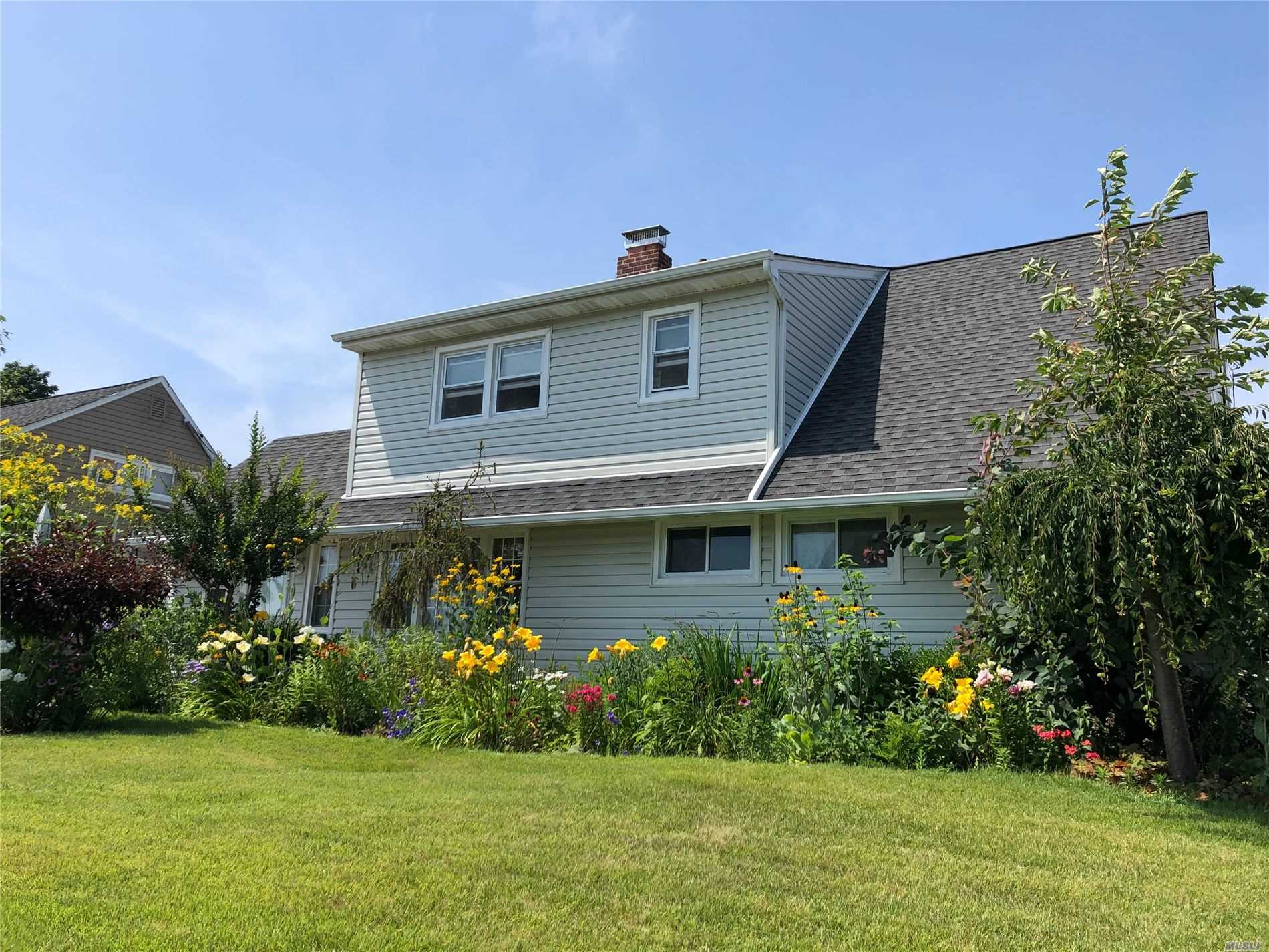 Photo of home for sale at 340 Twin Ln S, Wantagh NY