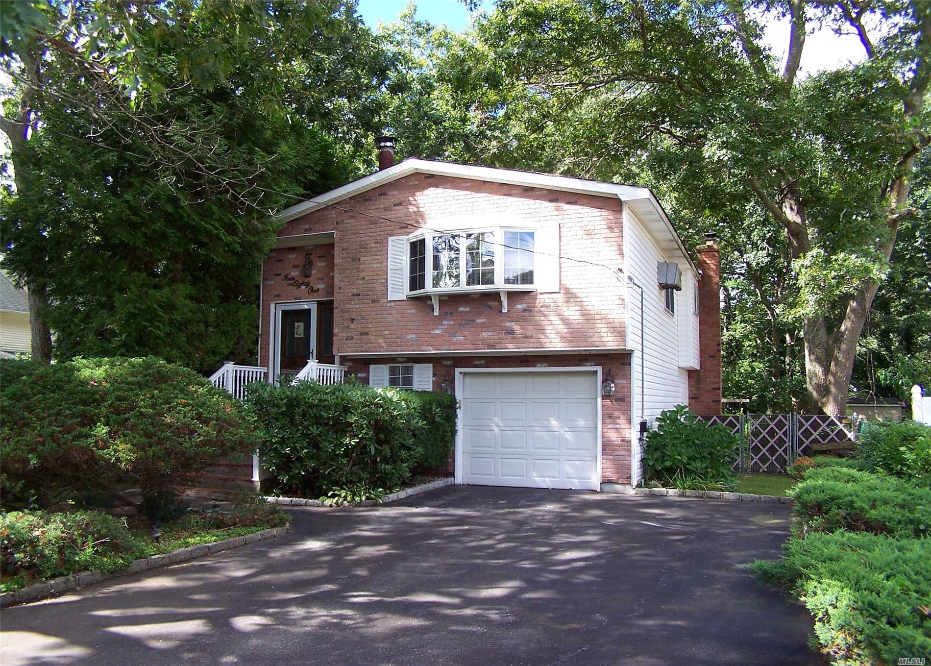 Photo of home for sale at 481 Lockwood Dr, Shirley NY