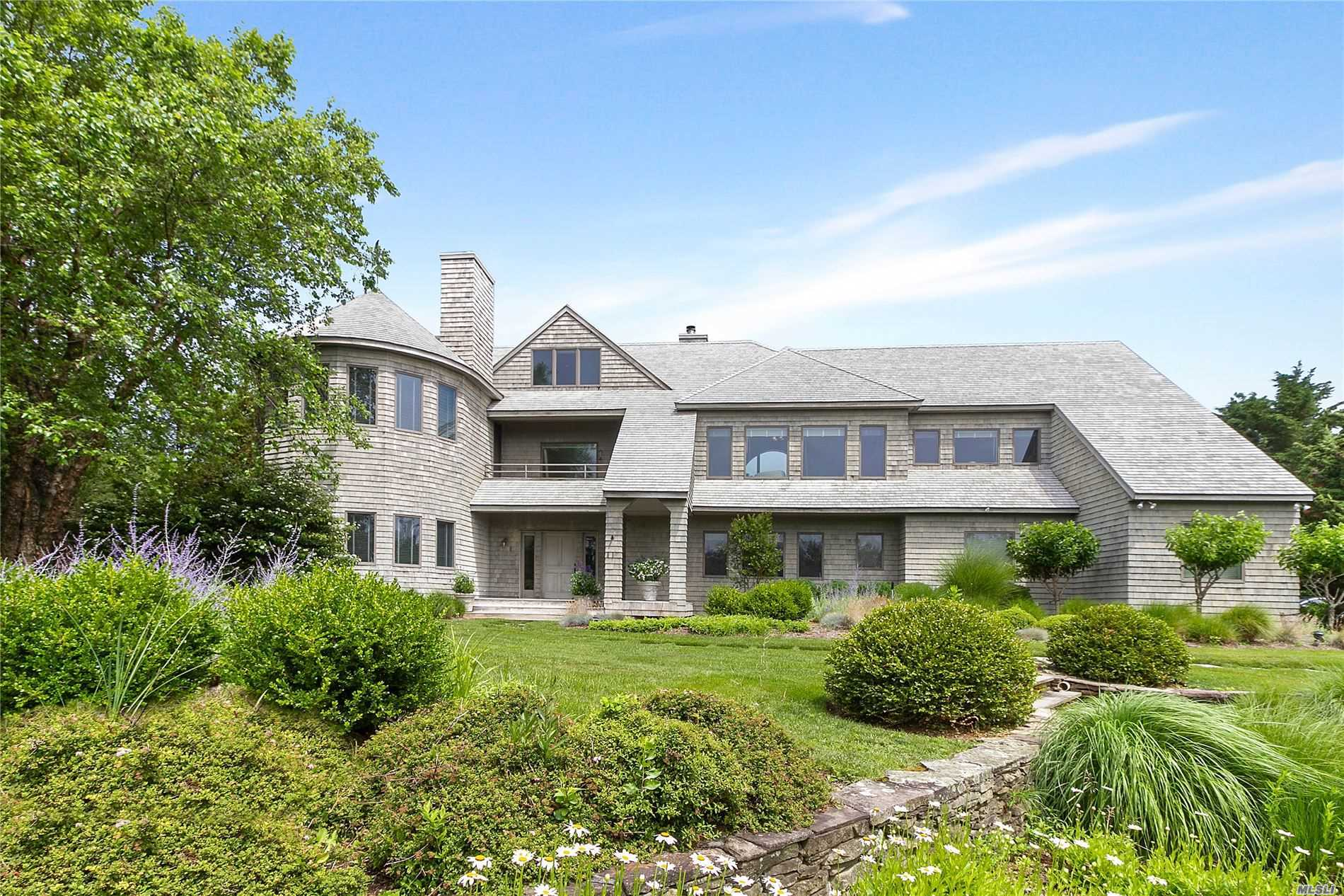 Photo of home for sale at 24 Leaward Ln, Quogue NY