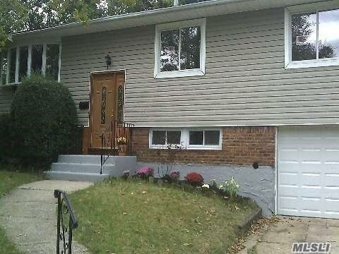 Photo of home for sale at 36 Frostfield Pl, Melville NY