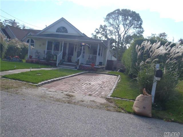 Photo of home for sale at 66 Edgewater Dr, Mastic Beach NY