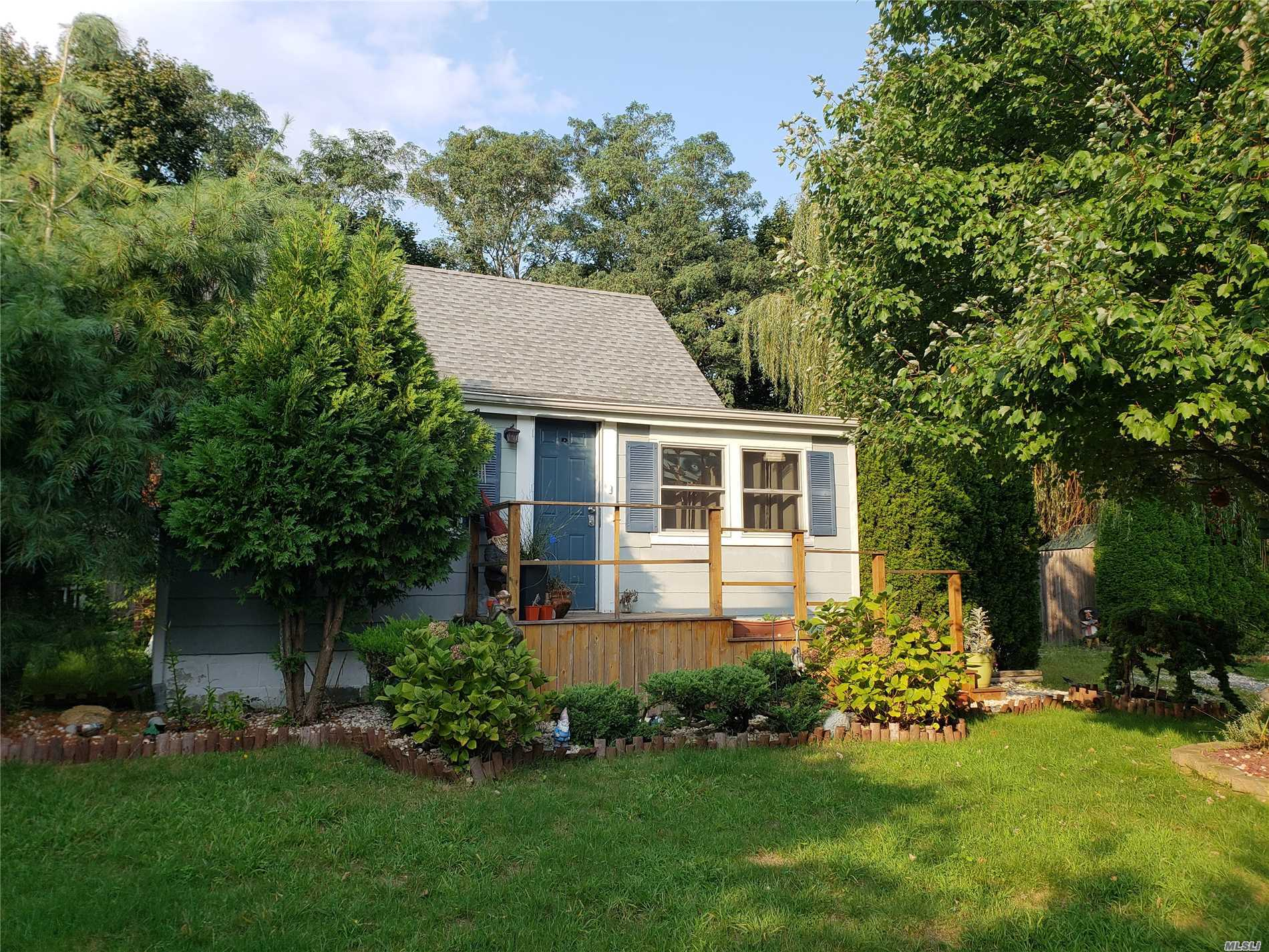 Photo of home for sale at 24 Hill St E, Wading River NY
