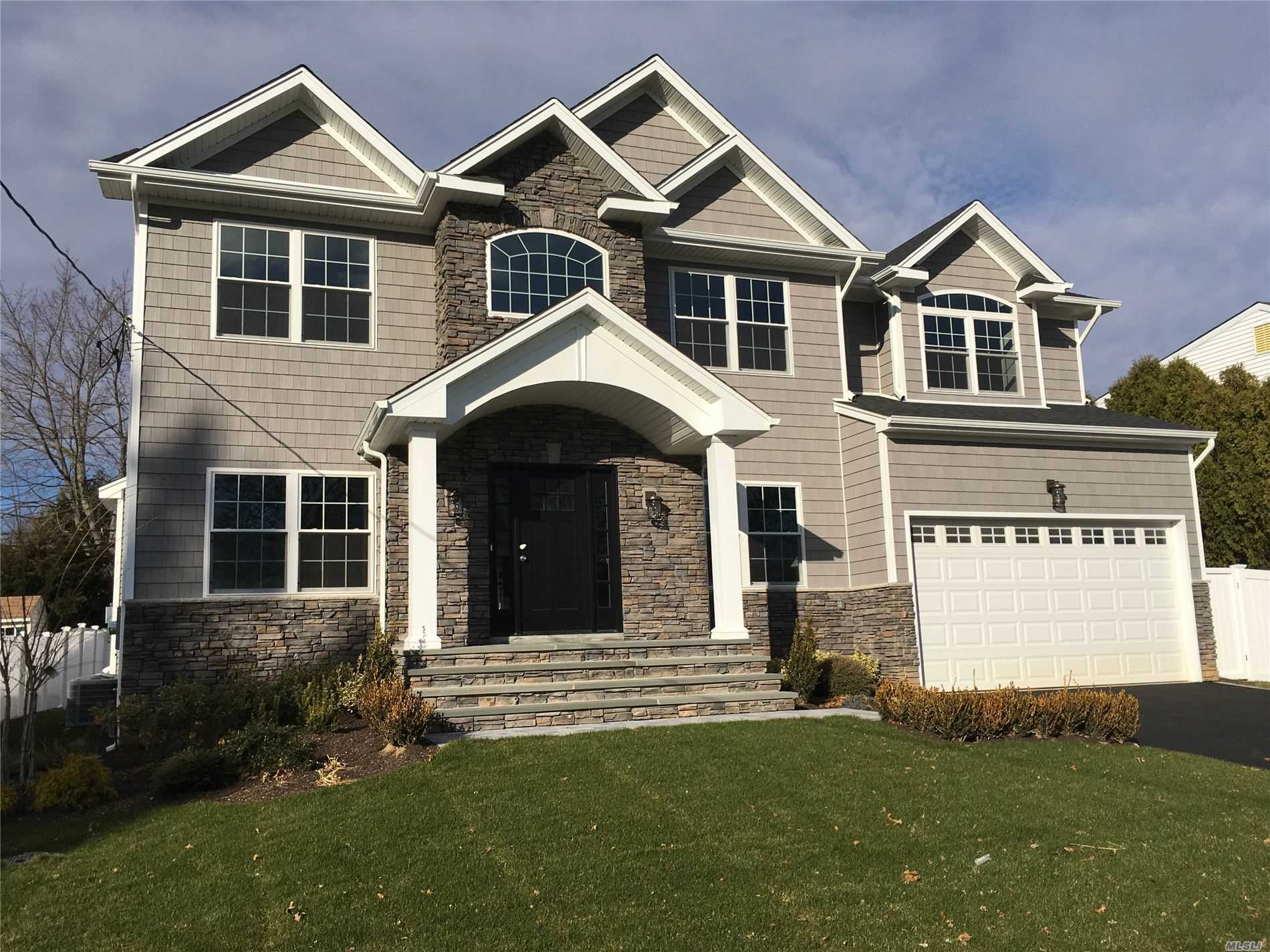 Photo of home for sale at 76 Northern Pky, Plainview NY
