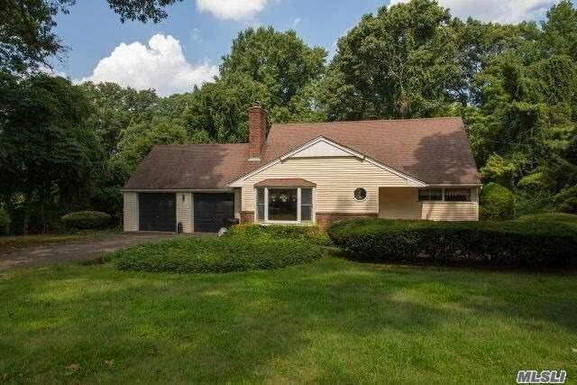 Photo of home for sale at 3 Foxridge Cir, Dix Hills NY