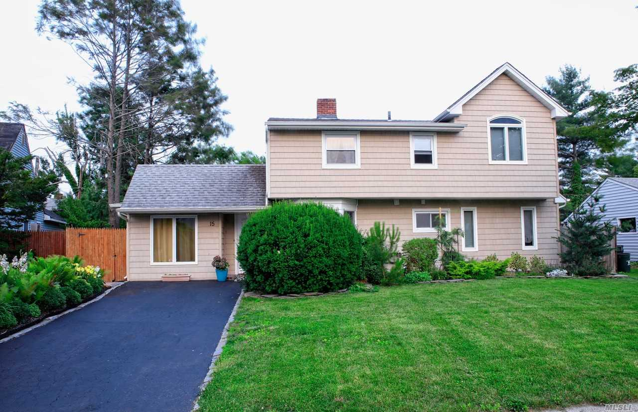 Photo of home for sale at 15 Lotus Ln, Westbury NY