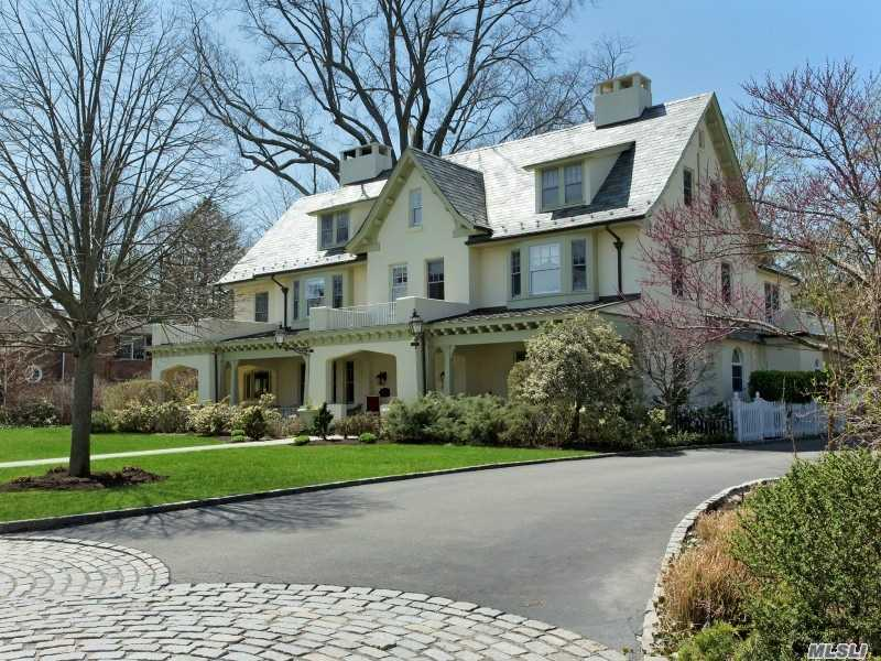 Photo of home for sale at 15 Middle Dr, Manhasset NY