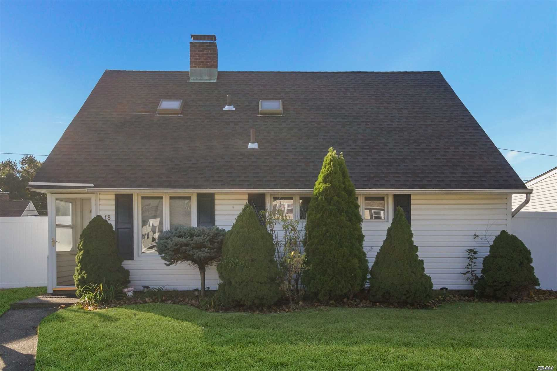Photo of home for sale at 18 Fence Ln, Levittown NY
