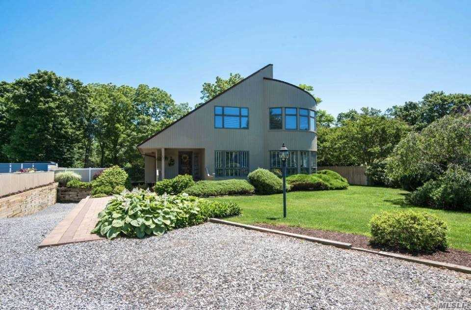 Photo of home for sale at 15 Crestview Ct, Bayport NY