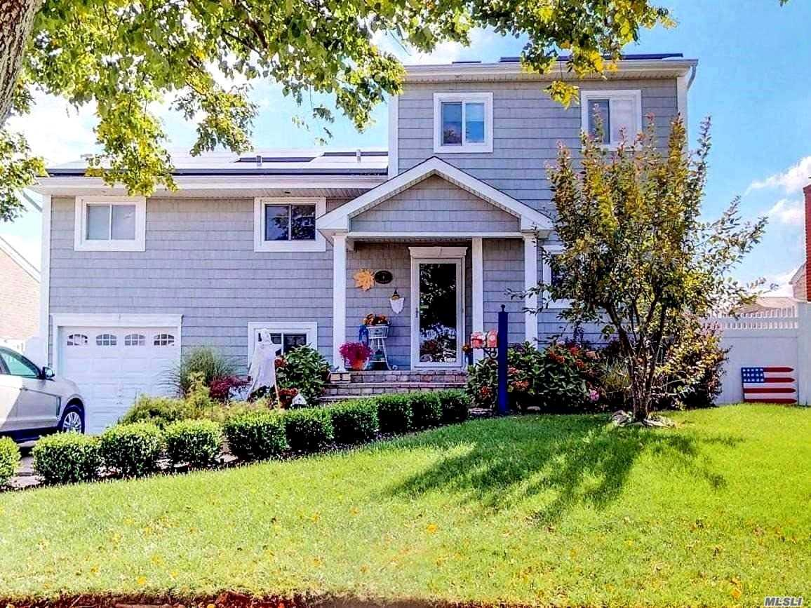 Photo of home for sale at 9 Bayview Pl, Massapequa NY
