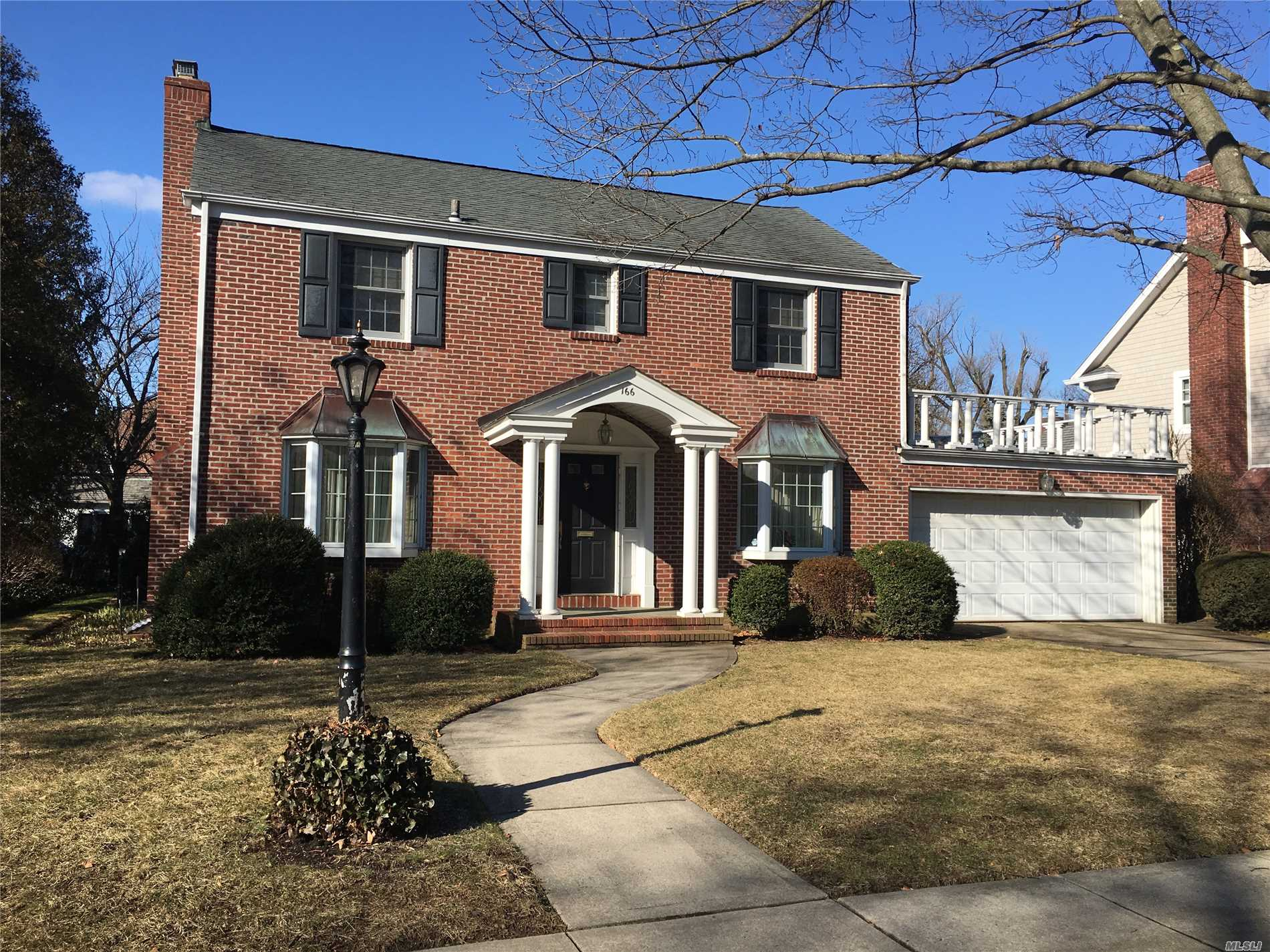 Photo of home for sale at 166 Roxbury Rd, Garden City NY