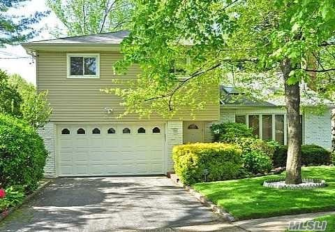 Photo of home for sale at 11 Geoffrey Ln, Hewlett NY