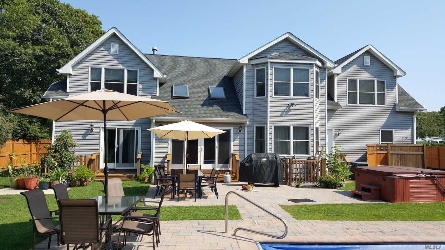 Photo of home for sale at 4 White Ln, Hampton Bays NY