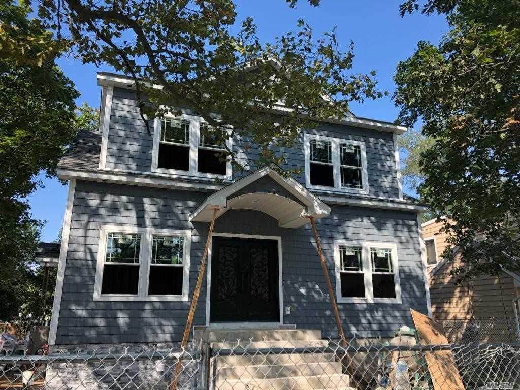 Photo of home for sale at 2560 Sycamore Ave, Wantagh NY