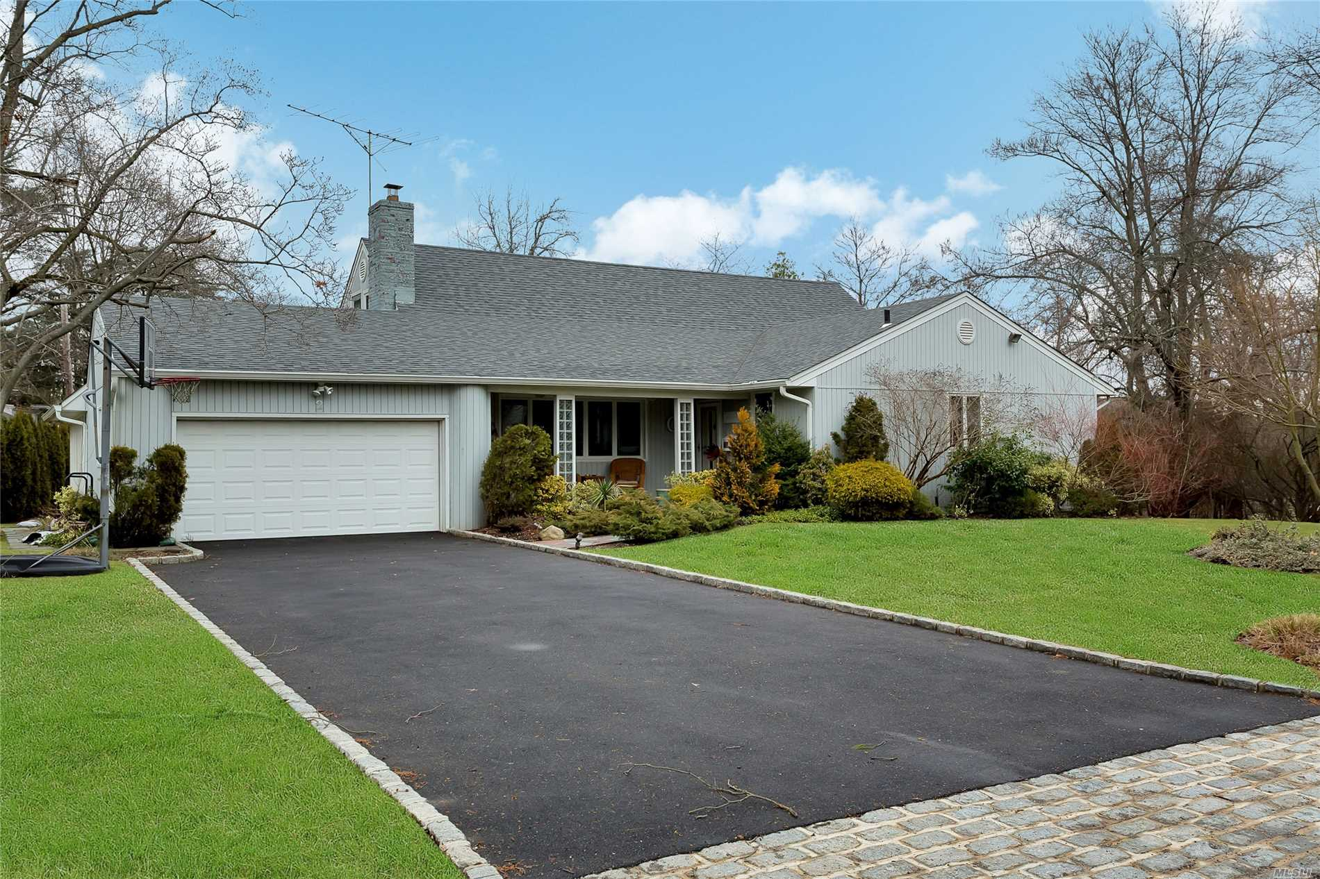 Photo of home for sale at 2 Pool Dr, Roslyn NY