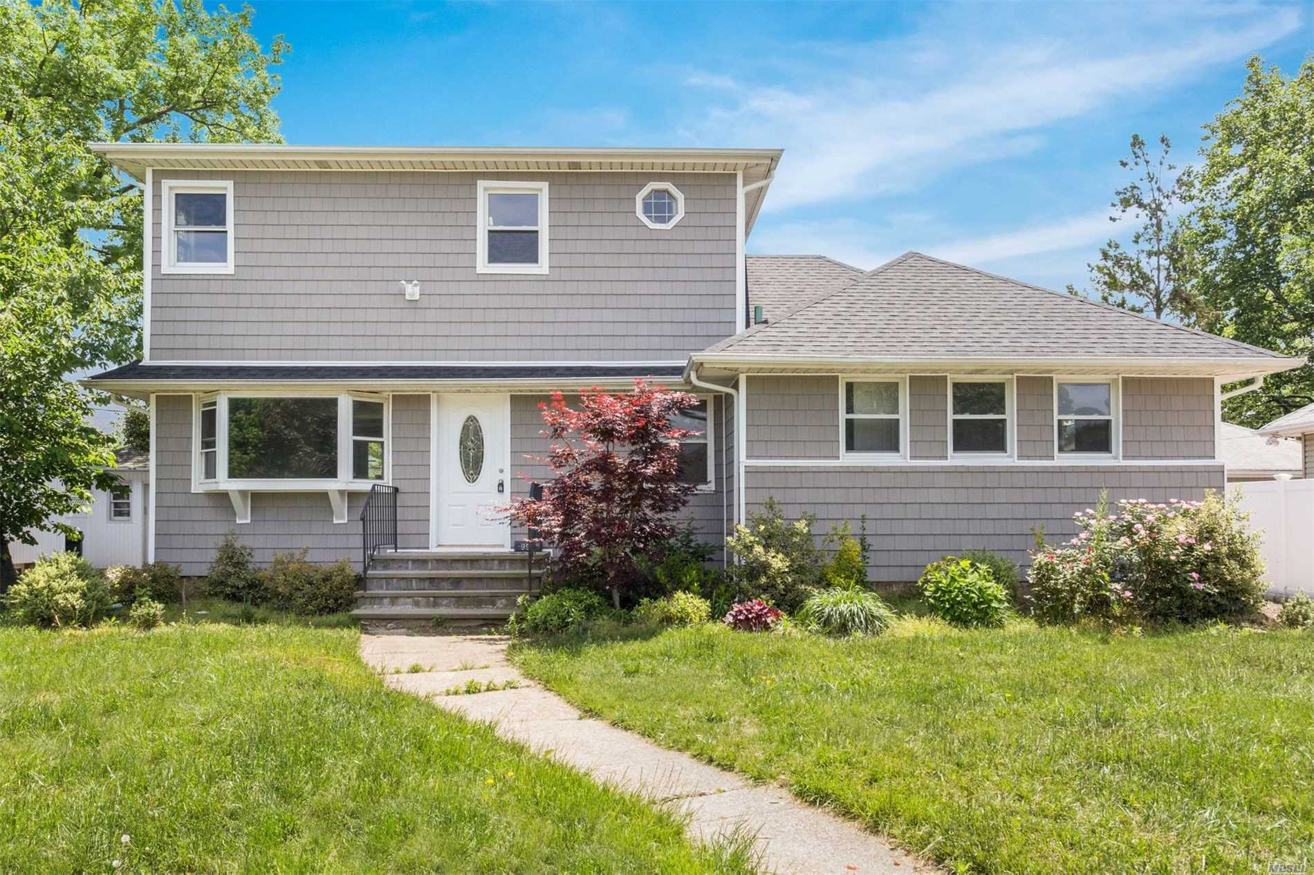 Photo of home for sale at 995 Mclean Ave, Wantagh NY