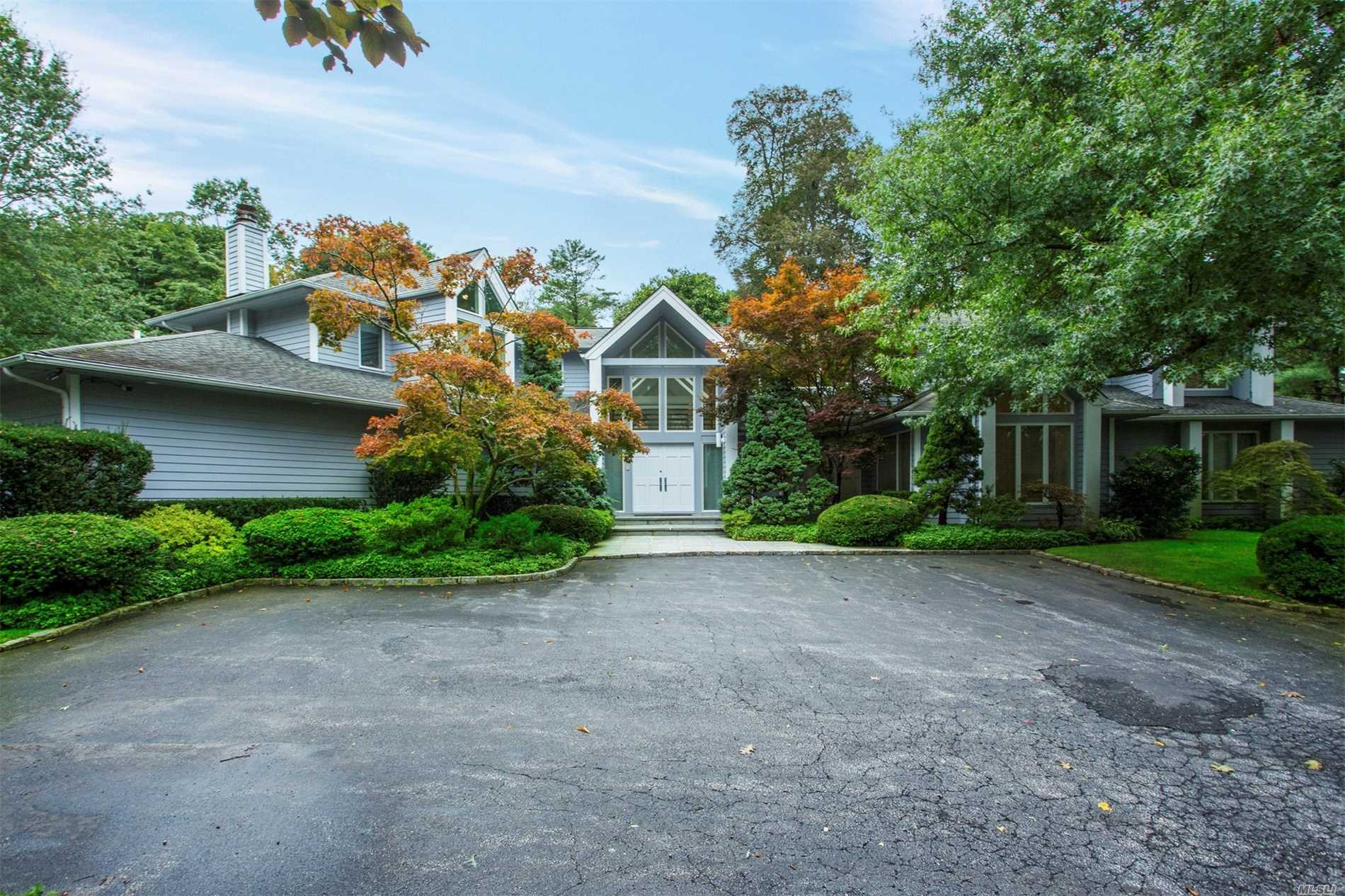 Photo of home for sale at 100 Woodhollow Ct, Muttontown NY