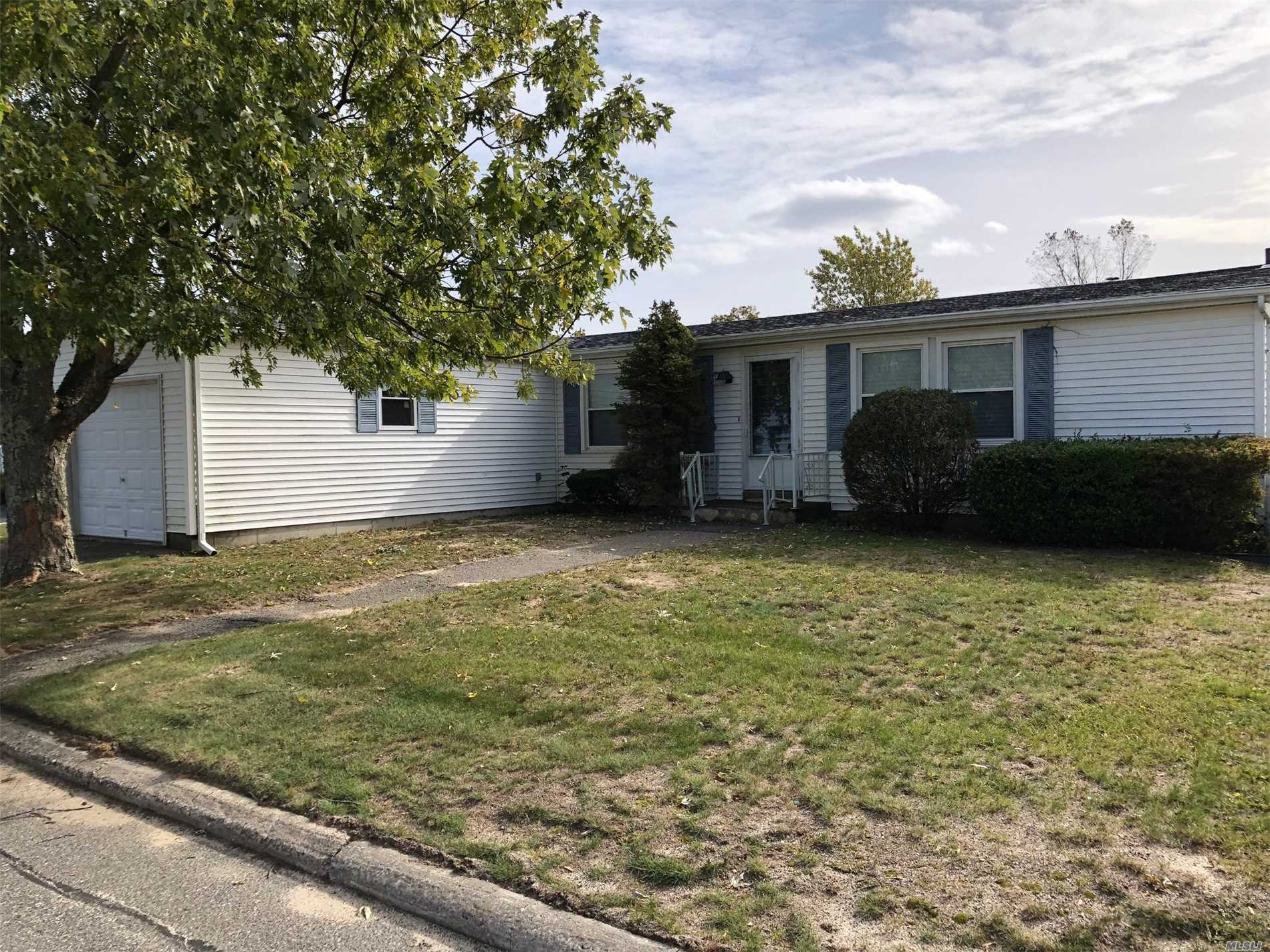 Photo of home for sale at 17 Holly Dr, Manorville NY