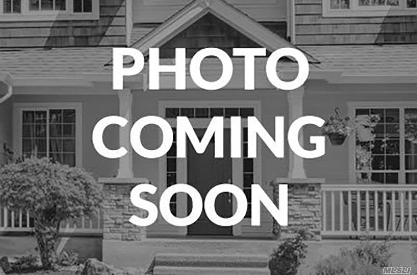 Photo of home for sale at Oak Ln, Hewlett NY