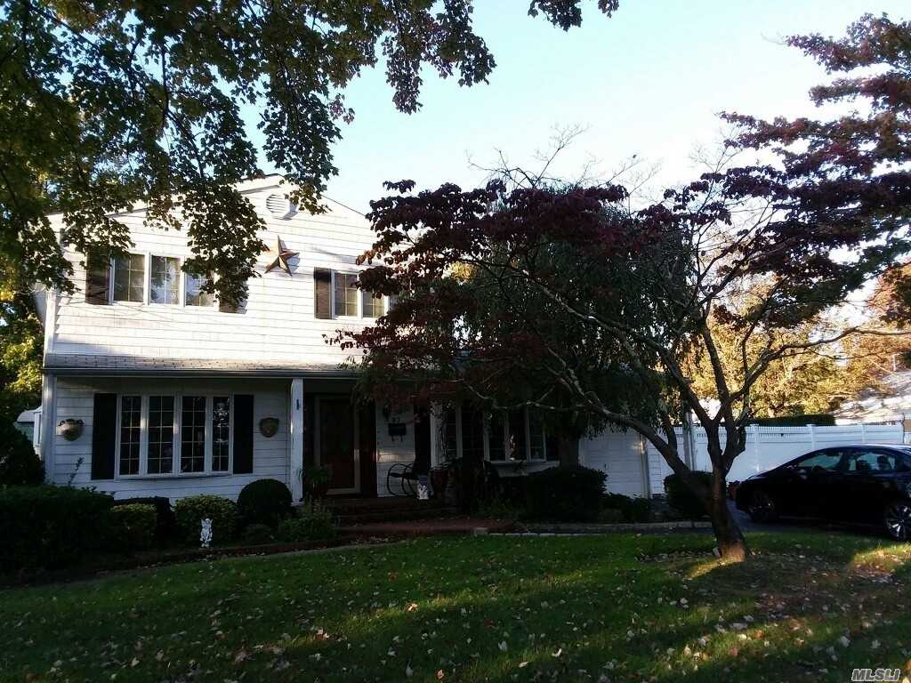 Photo of home for sale at 97 Bacon Ln, Bay Shore NY