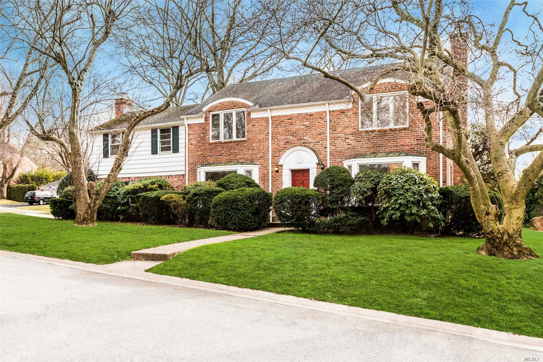 Photo of home for sale at 2 The Beachway, Manhasset NY