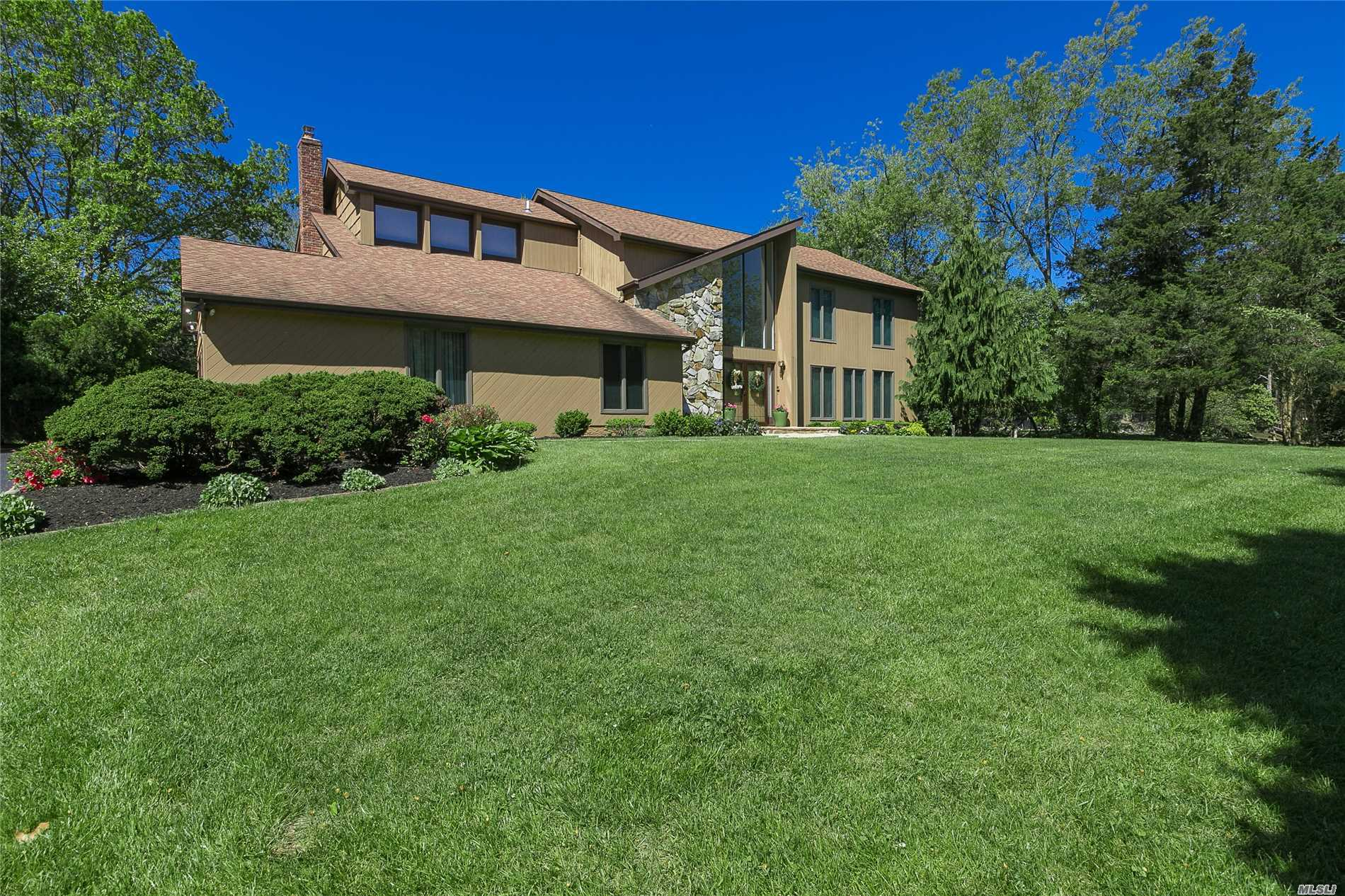 Photo of home for sale at 8 Cedarfield Ter, St. James NY