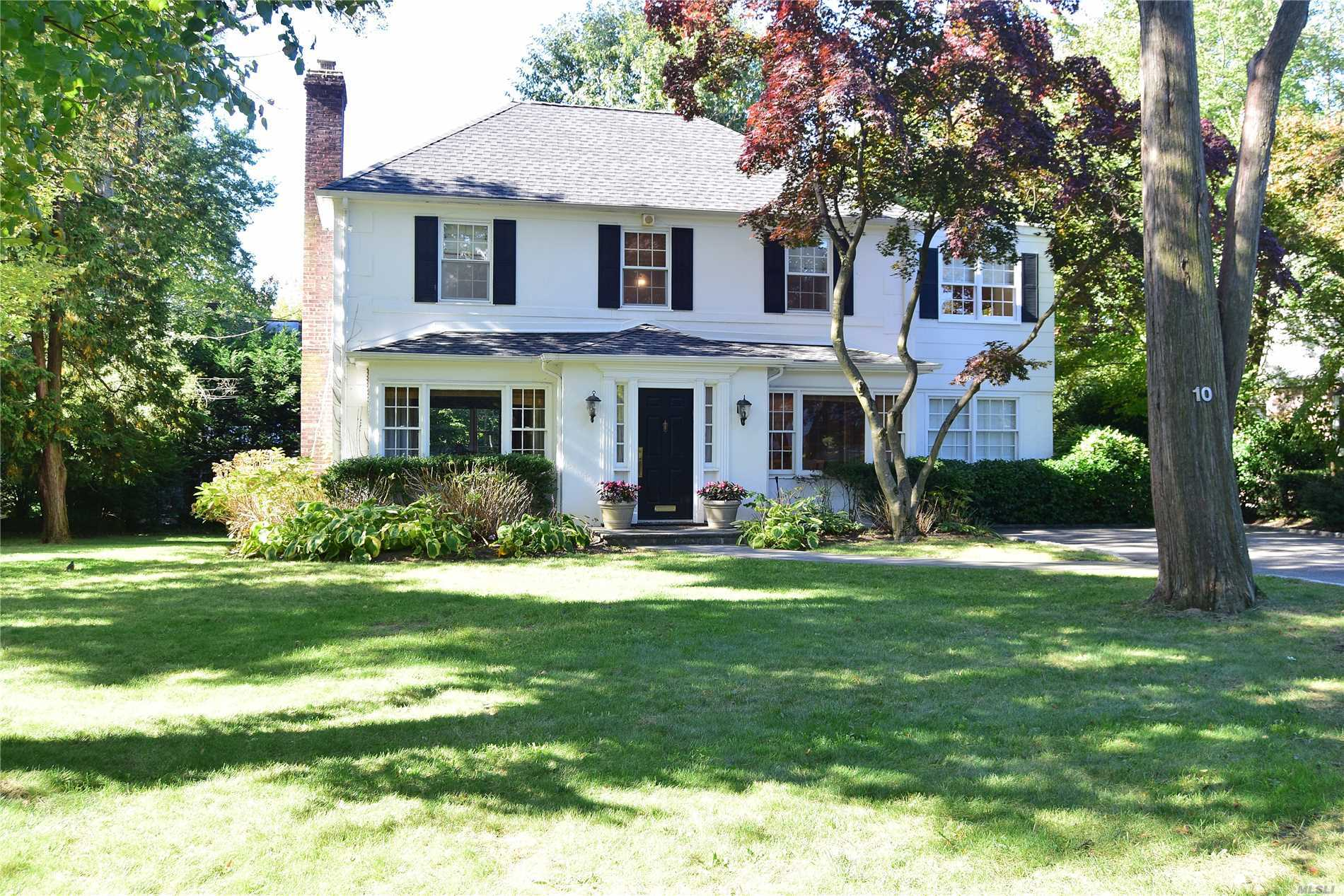 Photo of home for sale at 10 Brookbridge Rd, Great Neck NY