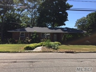 Photo of home for sale at 160 Geery Ave, Holbrook NY
