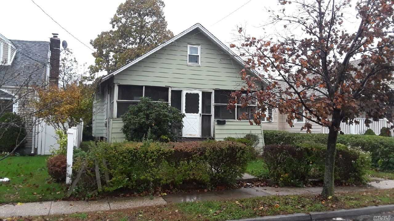Photo of home for sale at 20 Lillian Ave, Freeport NY