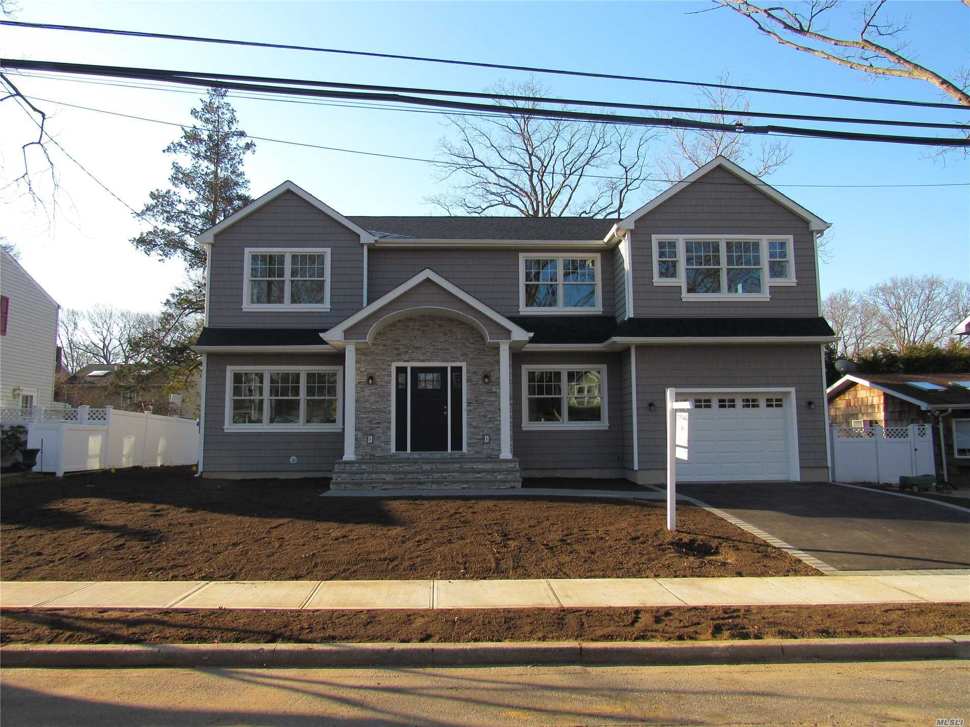 Photo of home for sale at 10 Cleveland Ave, Massapequa NY