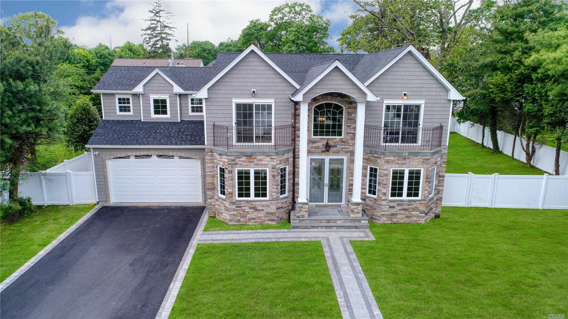 Photo of home for sale at 43 Narcissus Dr, Syosset NY